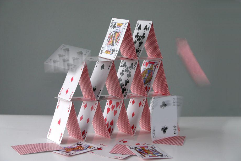 Ein zusammenfallendes Kartenhaus