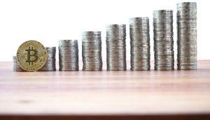 Bitcoin-Münze vor größer werdenden Münzstapeln