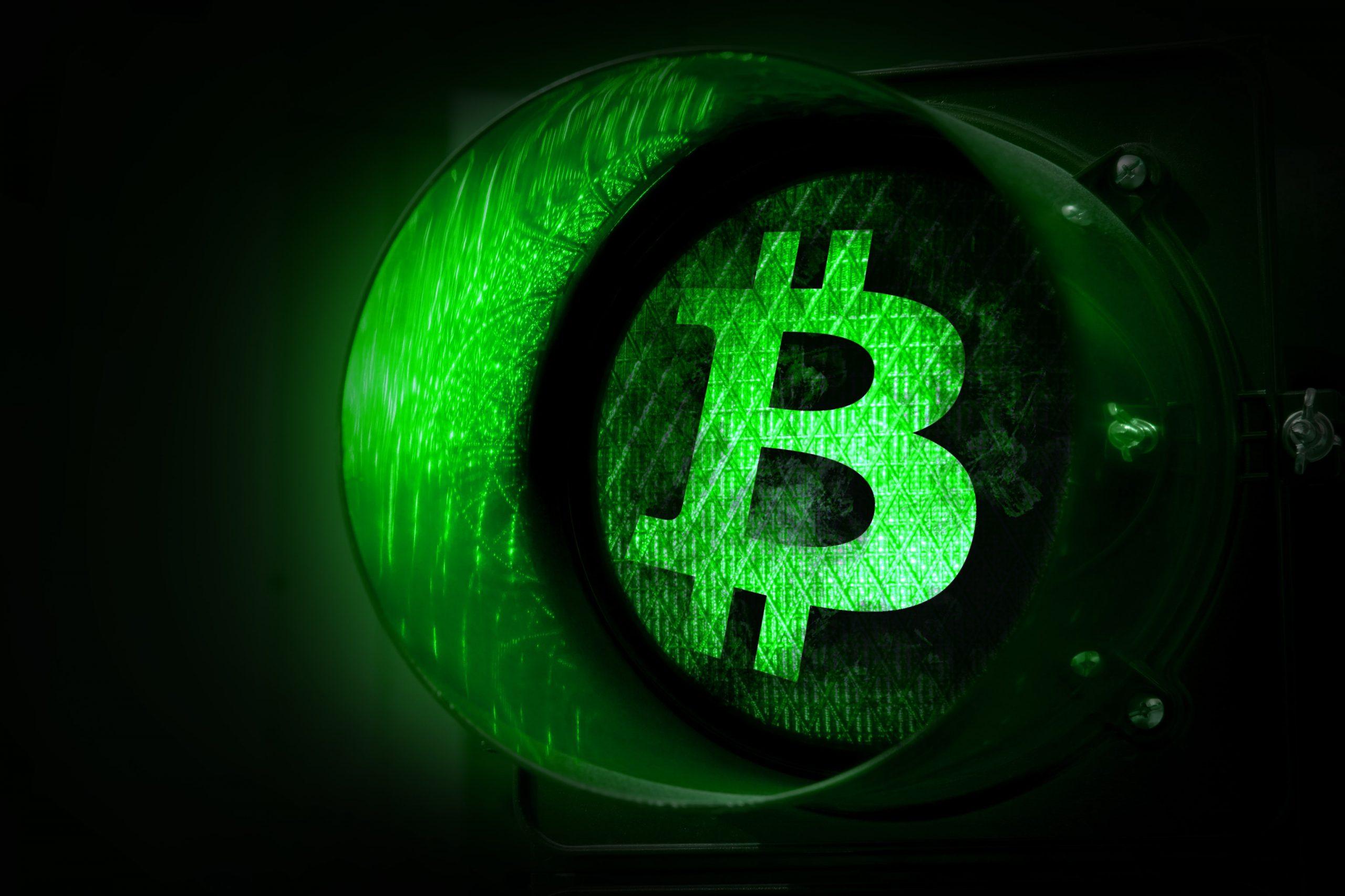 Grüne Ampel mit Bitcoin-Logo