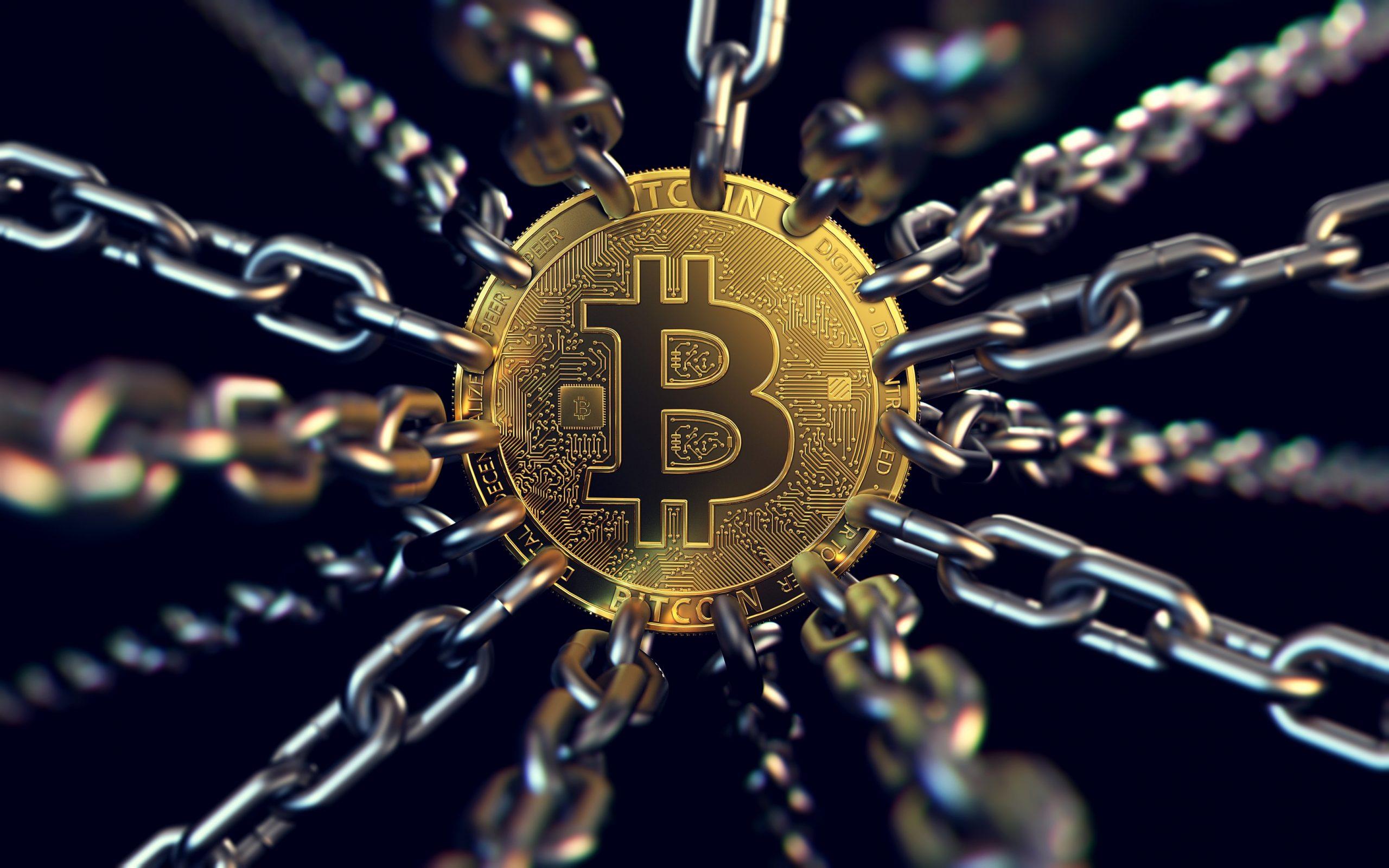 Bitcoin-Münze, an der mehreren Ketten ziehen