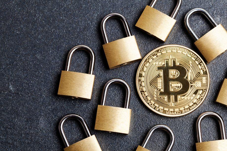 Bitcoin Münze von Schlössern umgeben