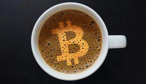 Bitcoin-Symbol auf Kaffee-Crema