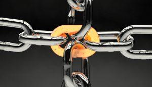 Vier Ketten, die durch ein zentrales Kettenglied verbunden sind.
