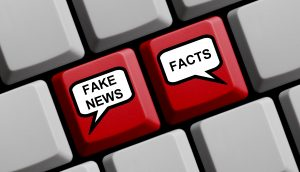 "Illustration einer Tastatur mit den Tasten ""Fake News"" und ""Facts"""