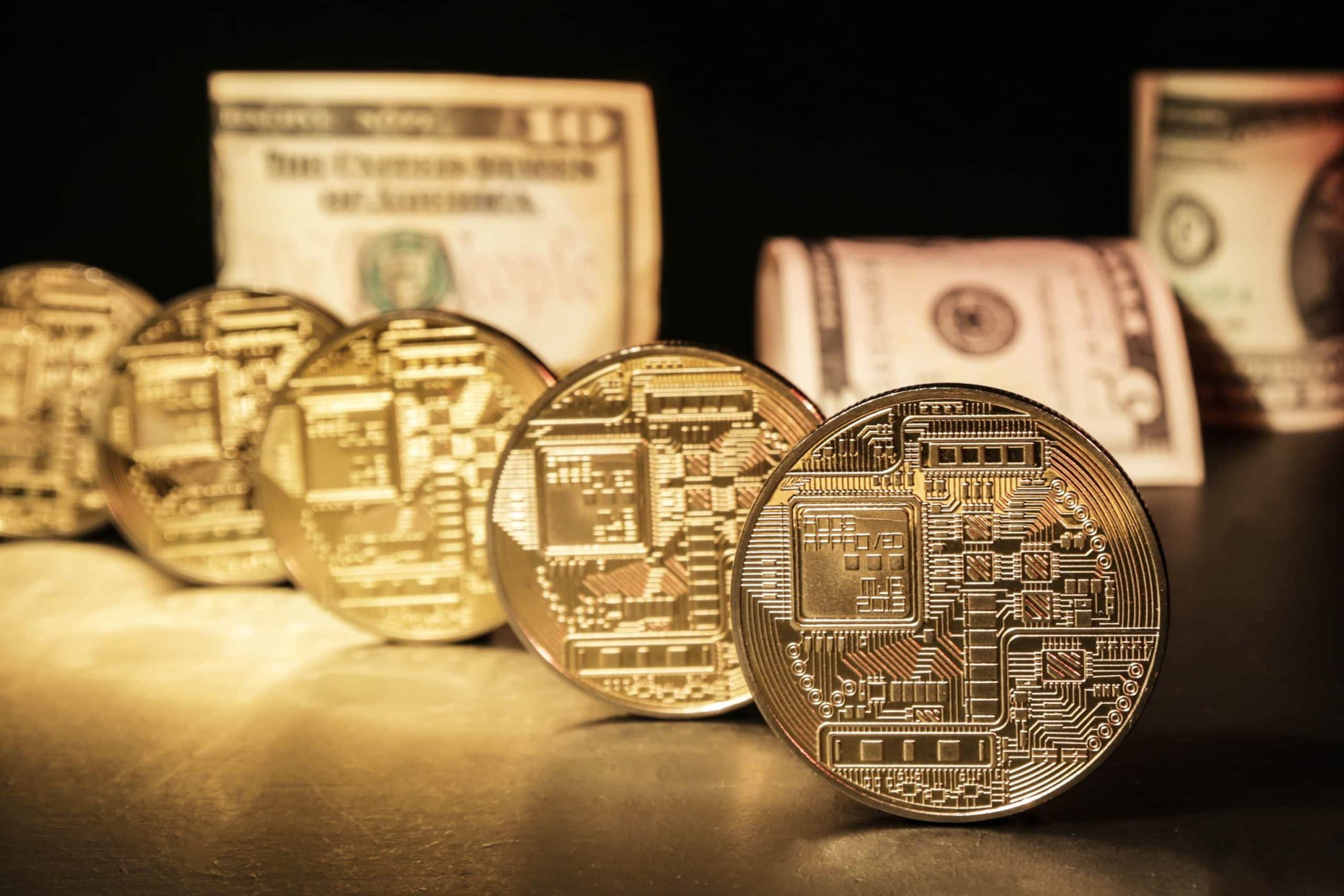 KRypto-Münzen vor Geldbündeln