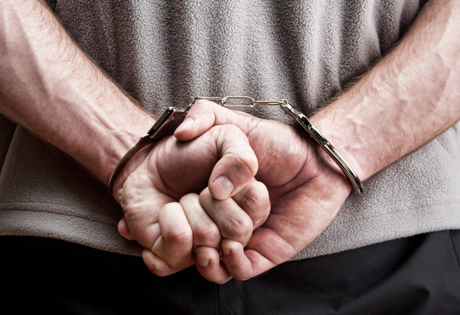Hände in Handschellen