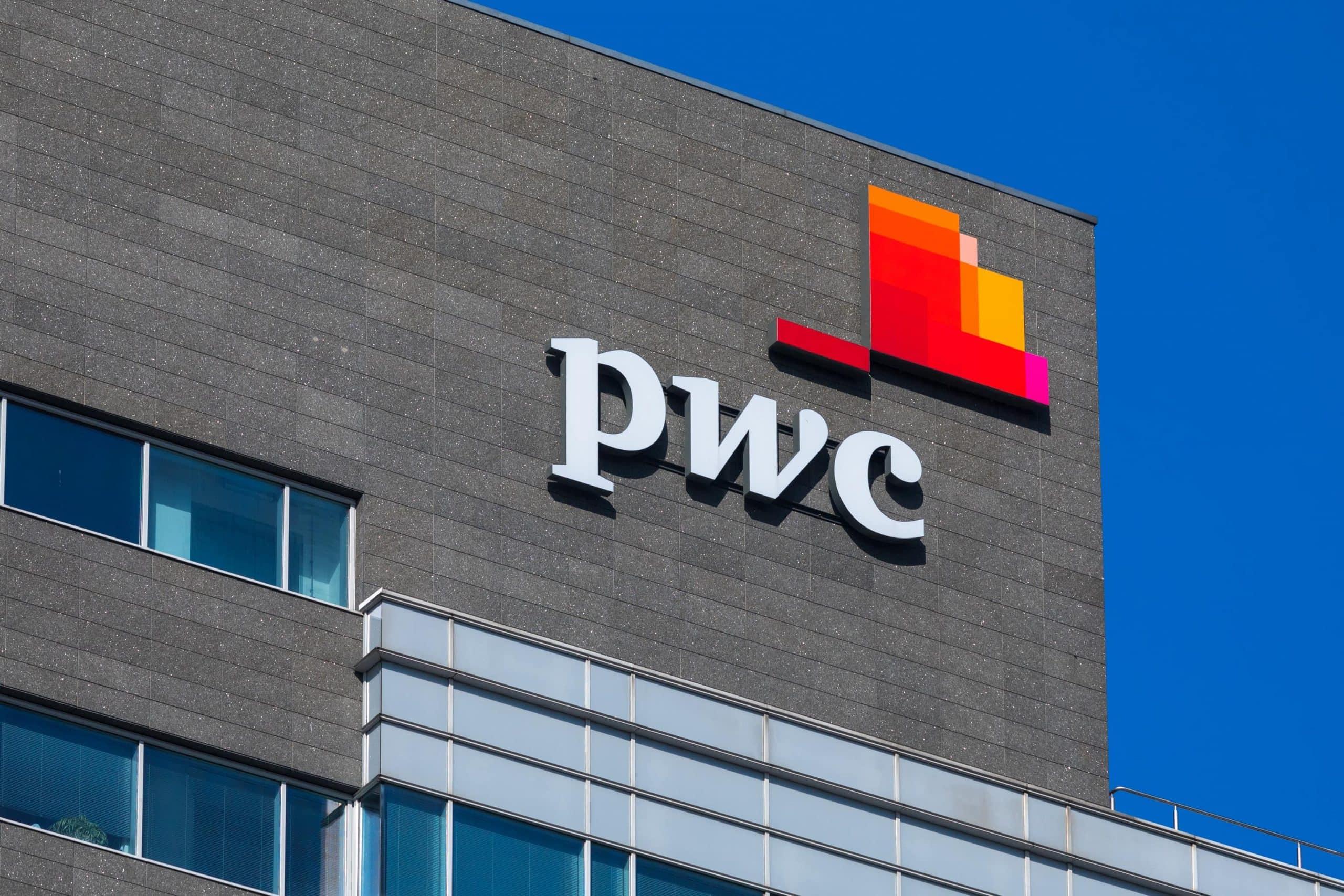 pwc-Logi an einem Gebäude