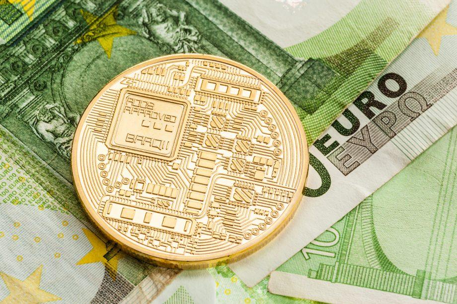 Eine generische Krypto-Münze auf Euro-Noten Smyboldbild CBDC