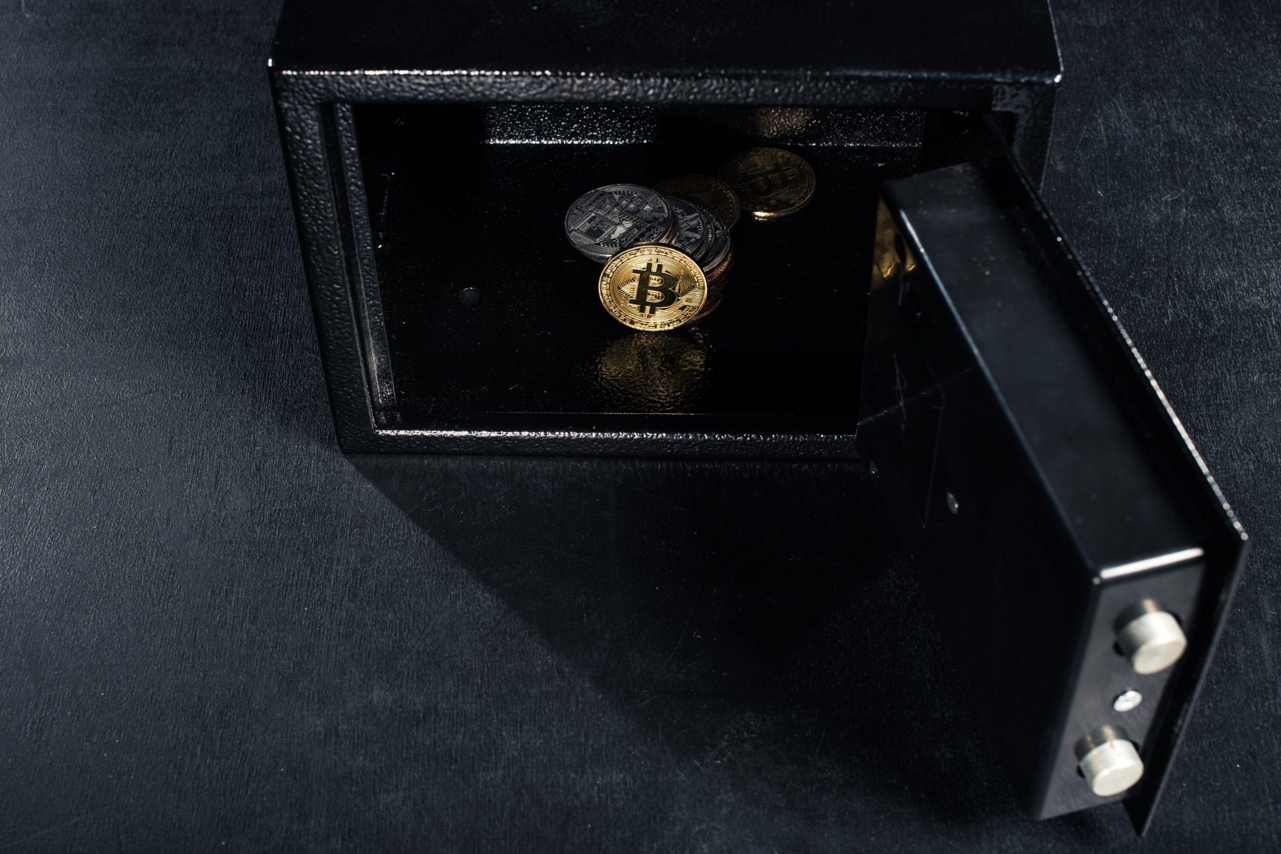 Offener Safe, darin eine Bitcoin-Münze