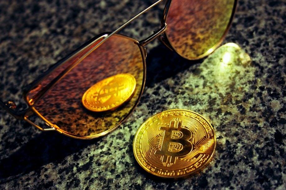 Bitcoin spiegelt sich in einer Sonnebrille