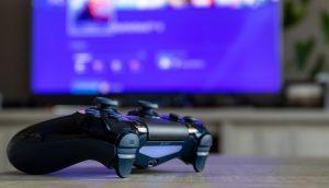 PlayStation Controller vor einem Bildschirm