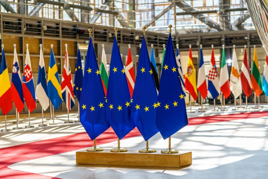 Vier EU-Flaggen inmitten der Flaggen der EU-Mitglieder