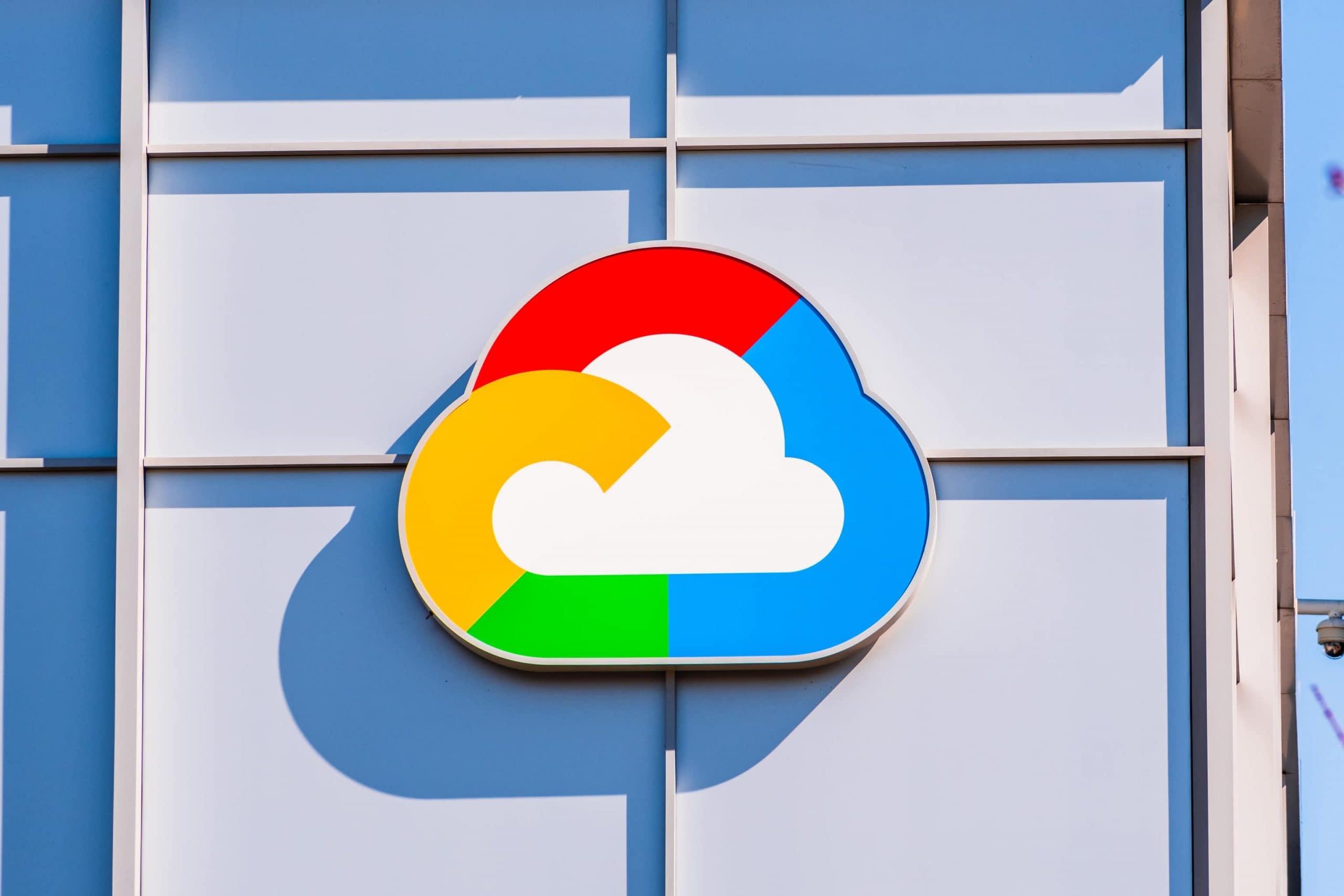 Google-Cloud-Logo auf Gebäudefassade