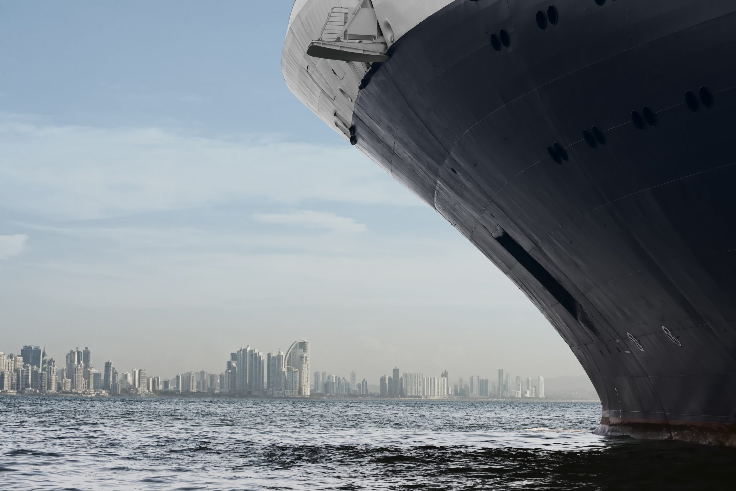 Panama City Skyline. Grosses Kreuzfahrtschiff, das in Panama-Stadt einfährt.