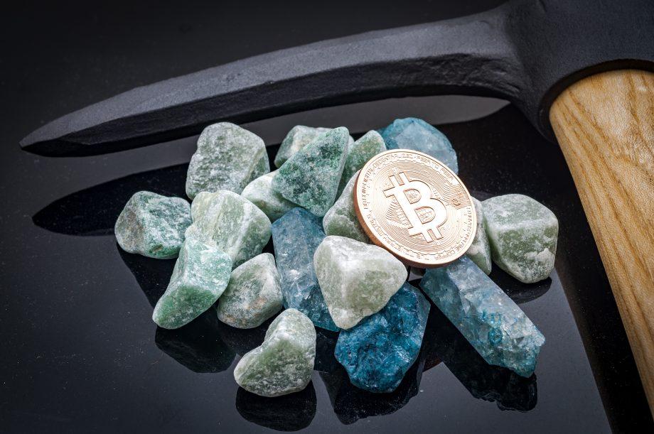 Spitzhacke, Steine und eine Bitcoin-Münze