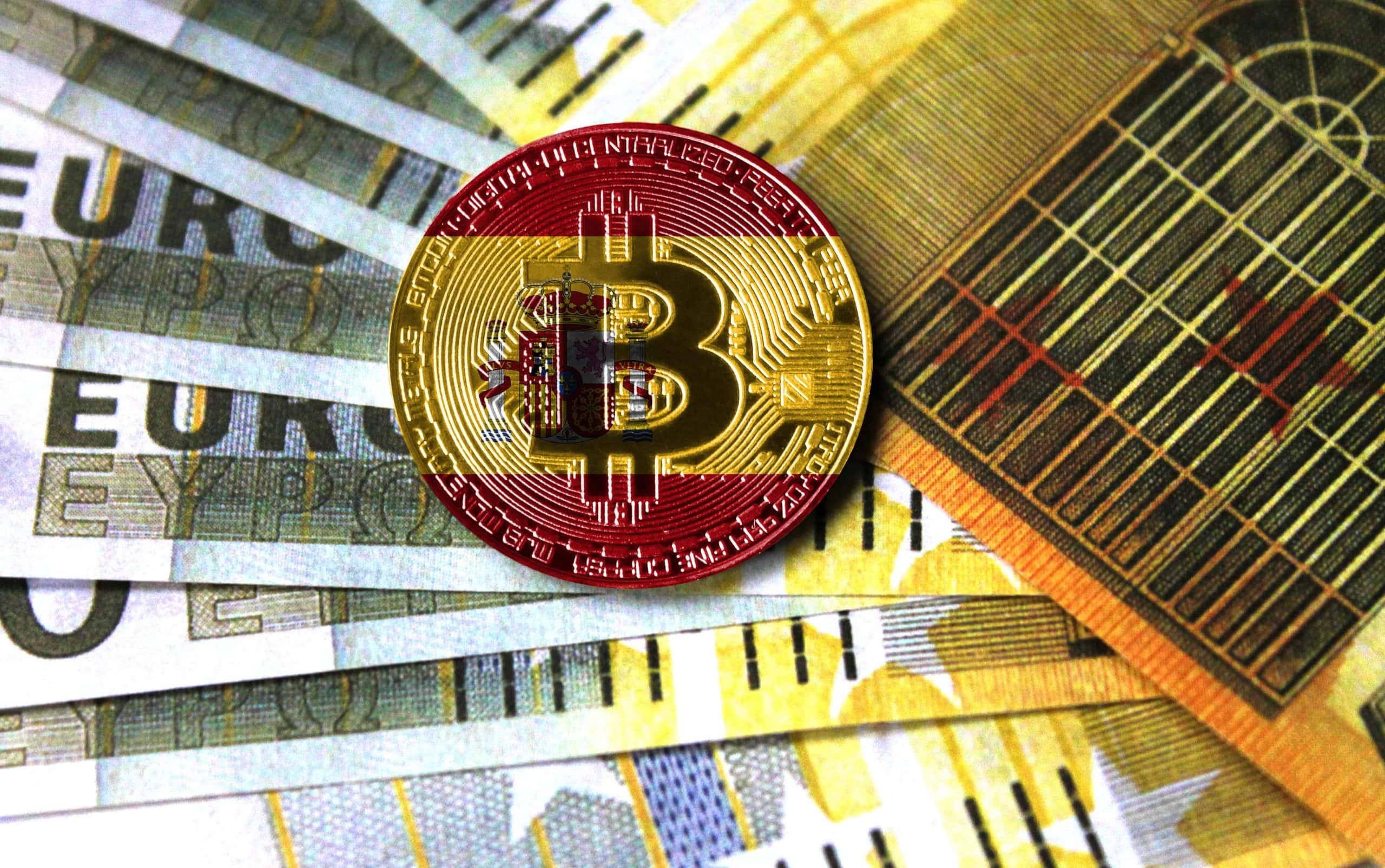 Bitcoin-Münze in den Farben der spanischen Flagge auf Euro-Noten
