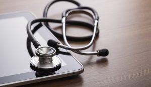 stethoskop liegt auf einem Tablet
