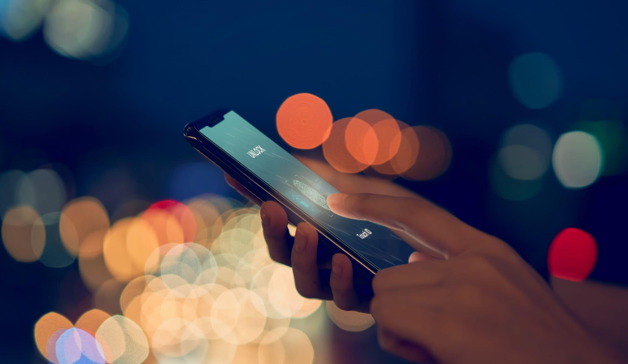 Nahaufnahme eines Smartphones, das einen Fingerabdruck scannt