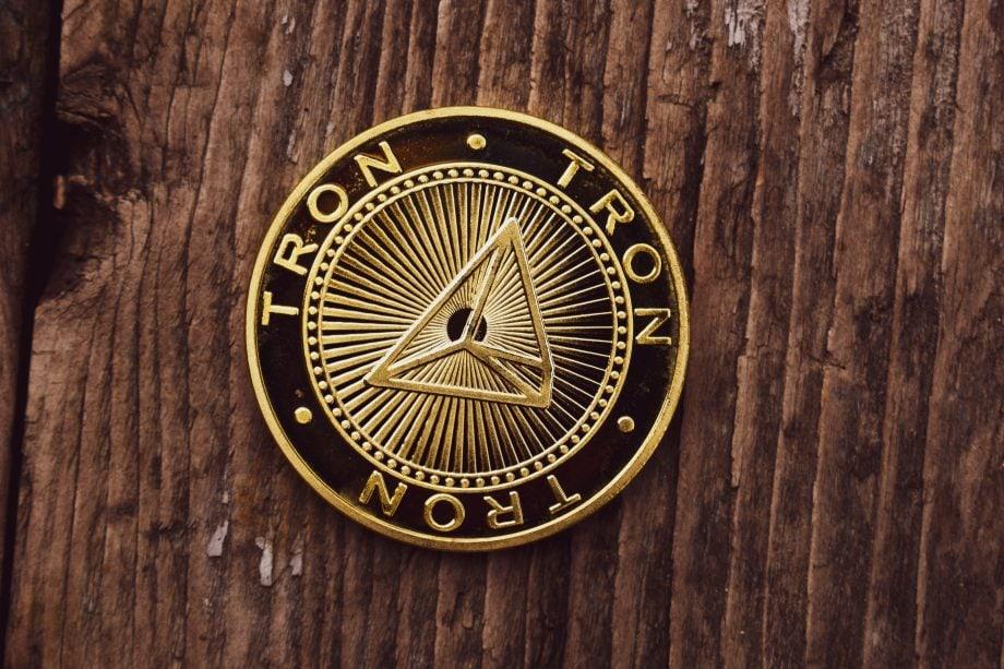 Tron-Münze auf Holzuntergrund