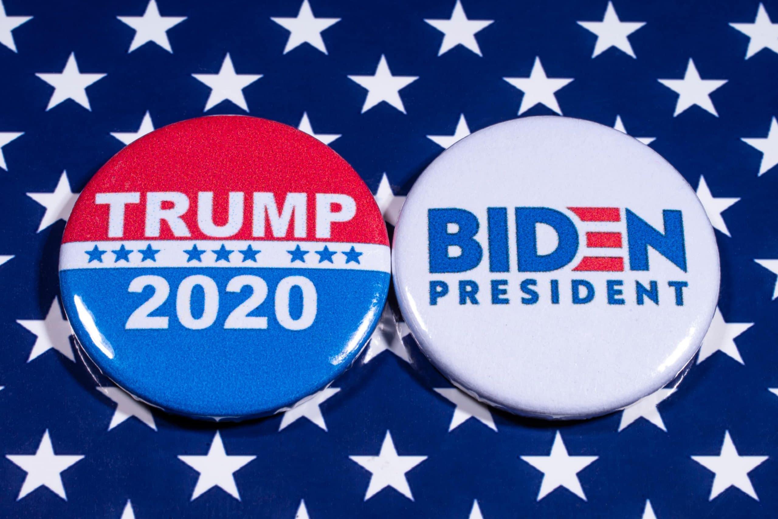 Buttons der Wahlkampagnen von US-Präsident Trump und Herausforderer Biden