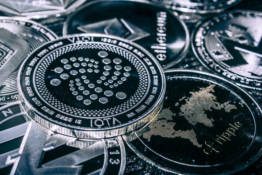 Münzen von IOTA, Ripple und Ethereum