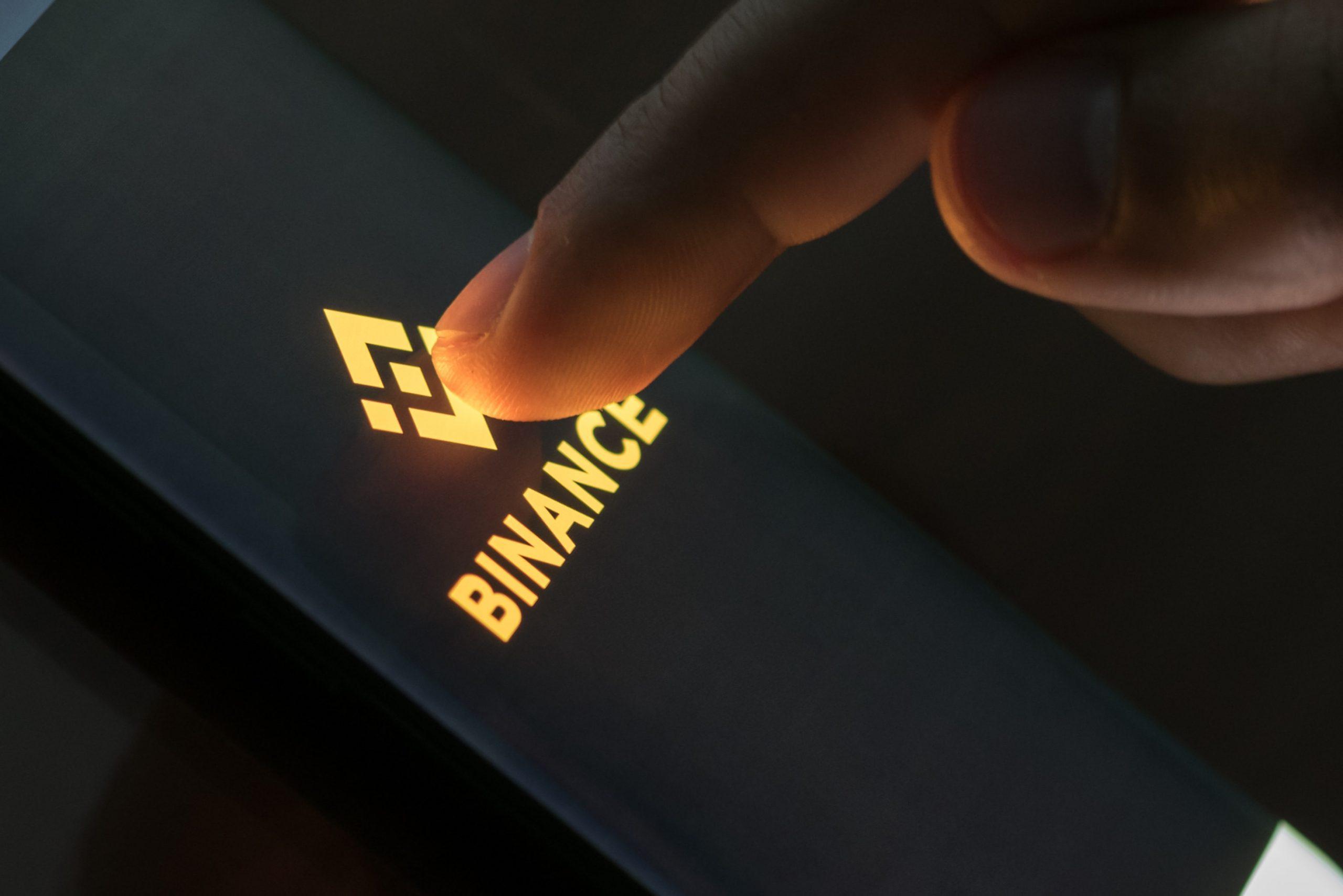 Binance Logo auf einem Smartphone