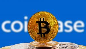 Bitcoin-Münze vor Coinbase-Logo