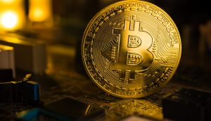 Bitcoin-Münze auf einem Computerchip
