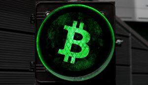 Bitcoin-Logo auf einer Ampel