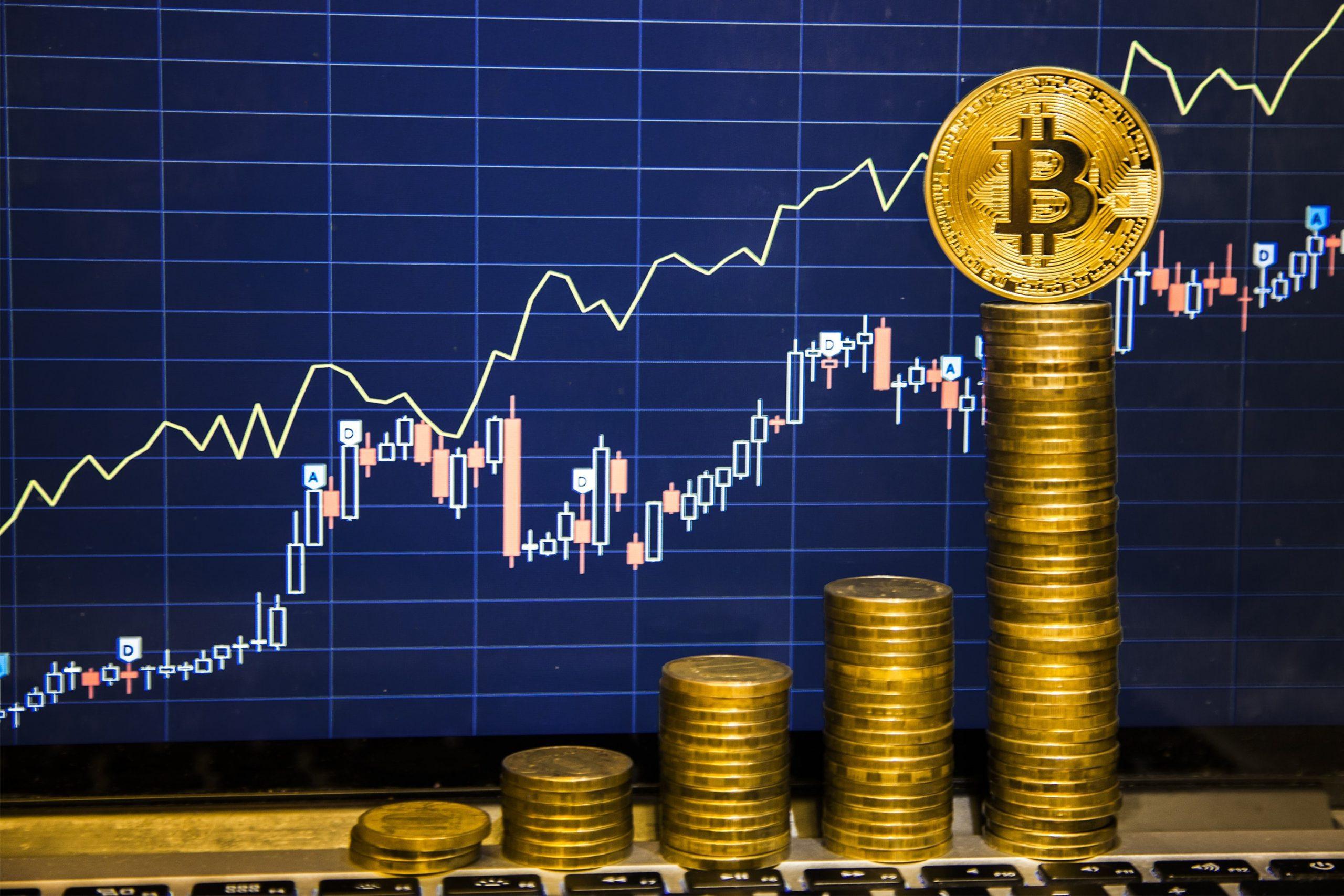 Bitcoin-Münzen vor einem Chart