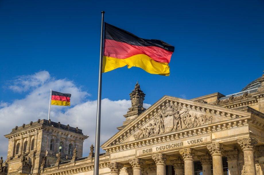 Deutsche Fahne vor dem Deutschen Bundestag