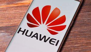 Smartphone mit Huawei Logo
