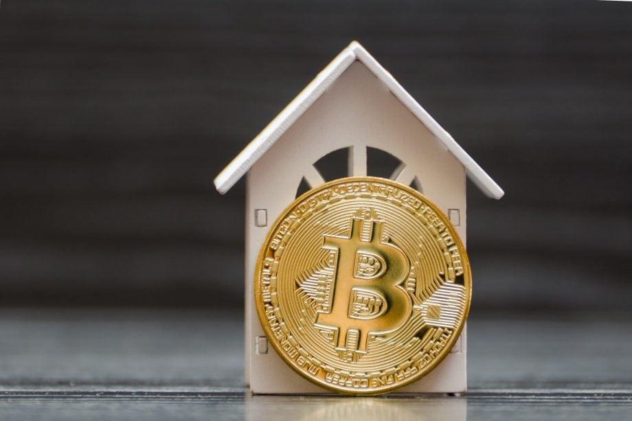Bitcoin-Münze und Hausmodell