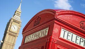 Eine Londoner Telefonzelle, dahinter Big Ben.
