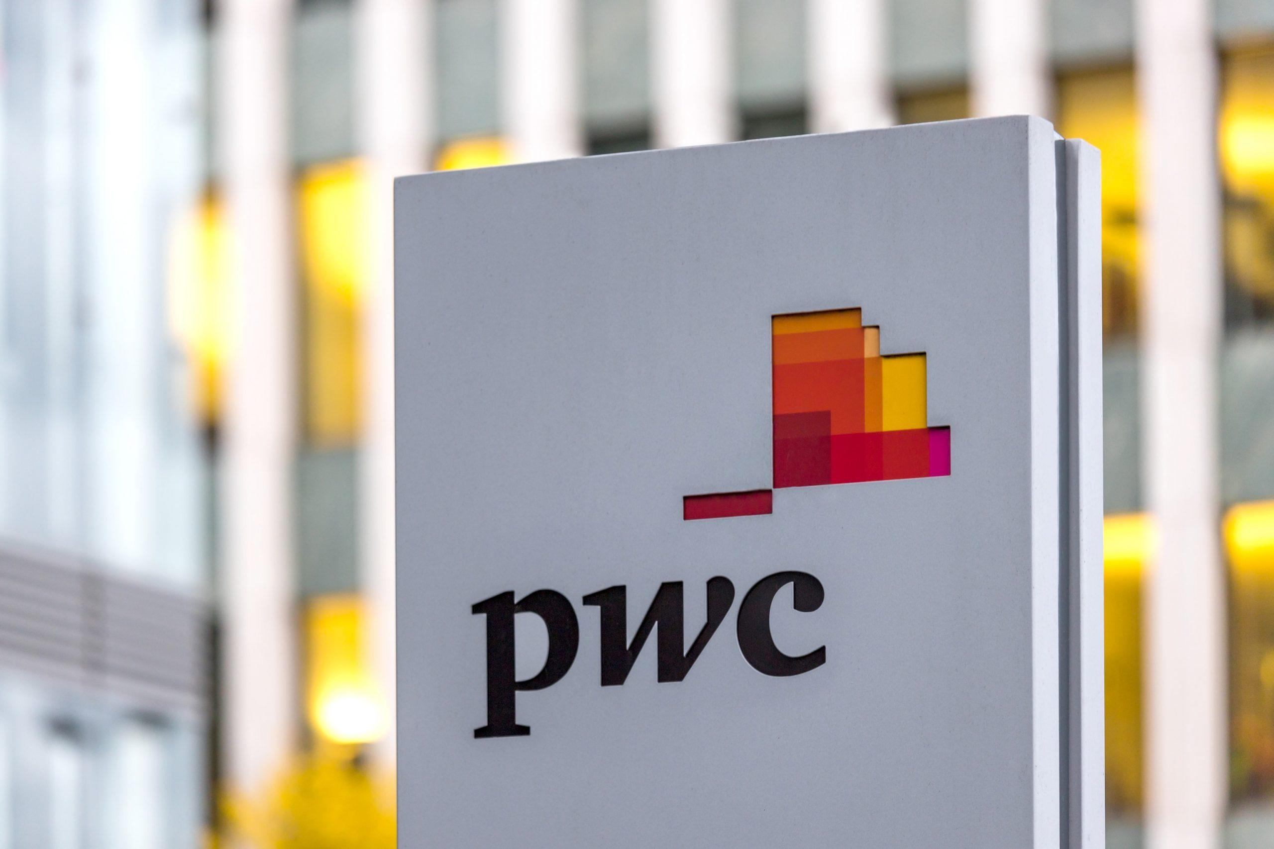 Firmenlogo von PwC auf einem Schild