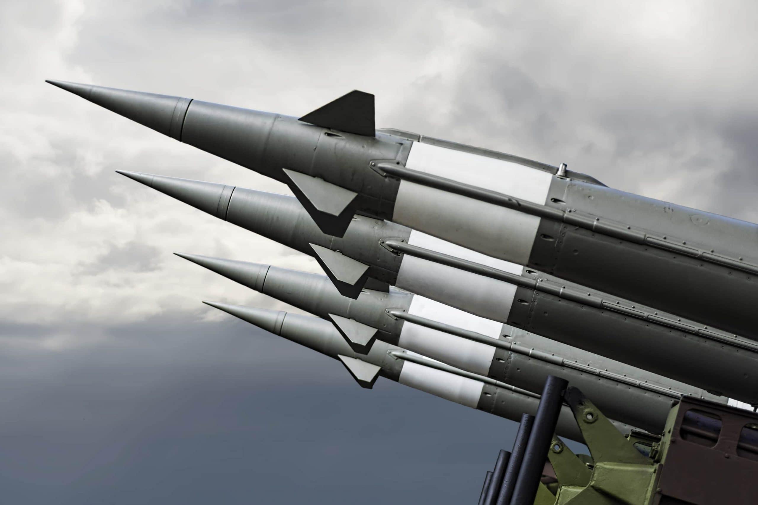 Raketen vor Himmel