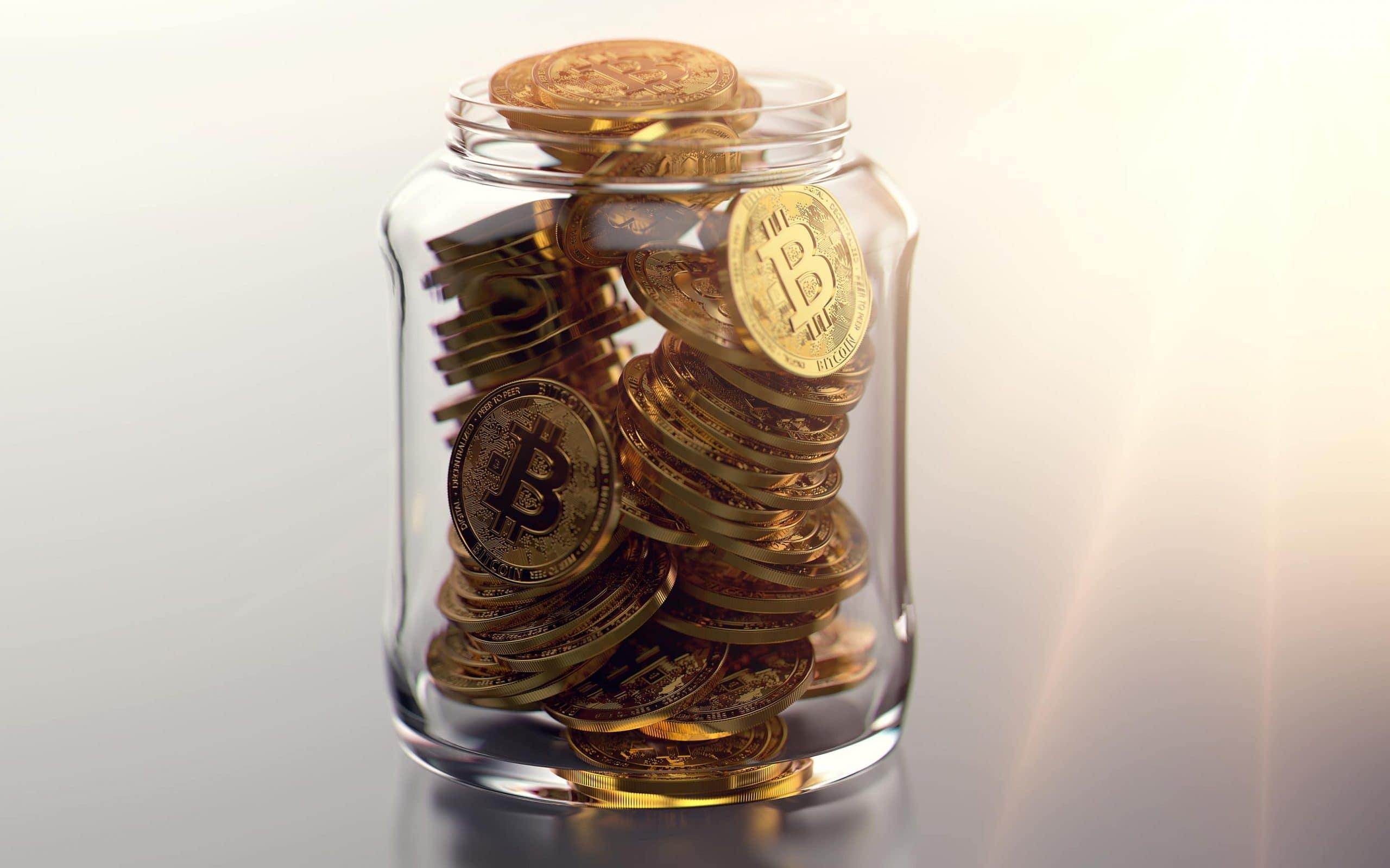Glas gefüllt mit Bitcoin-Münzen