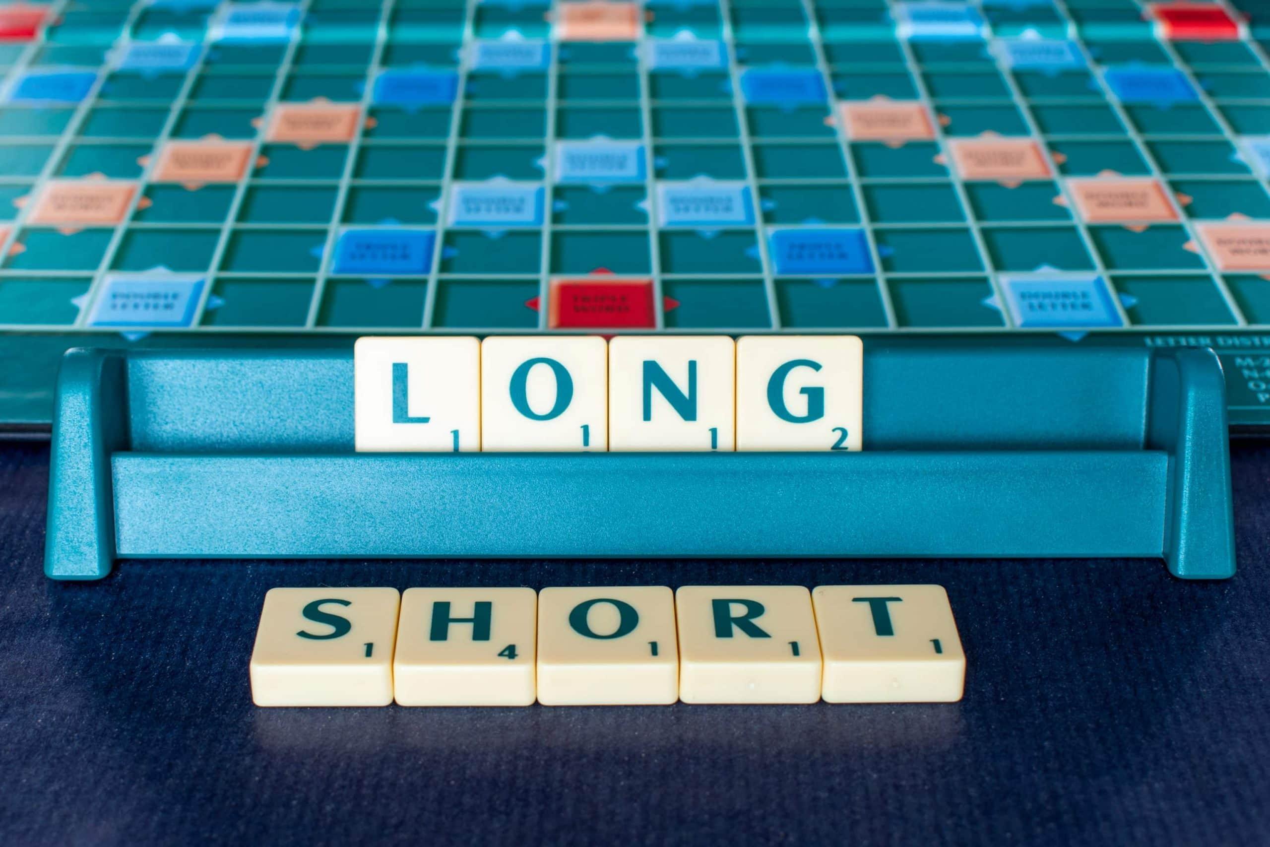 Scrabble-Buchstaben die die Worte LONG und SHORT formen