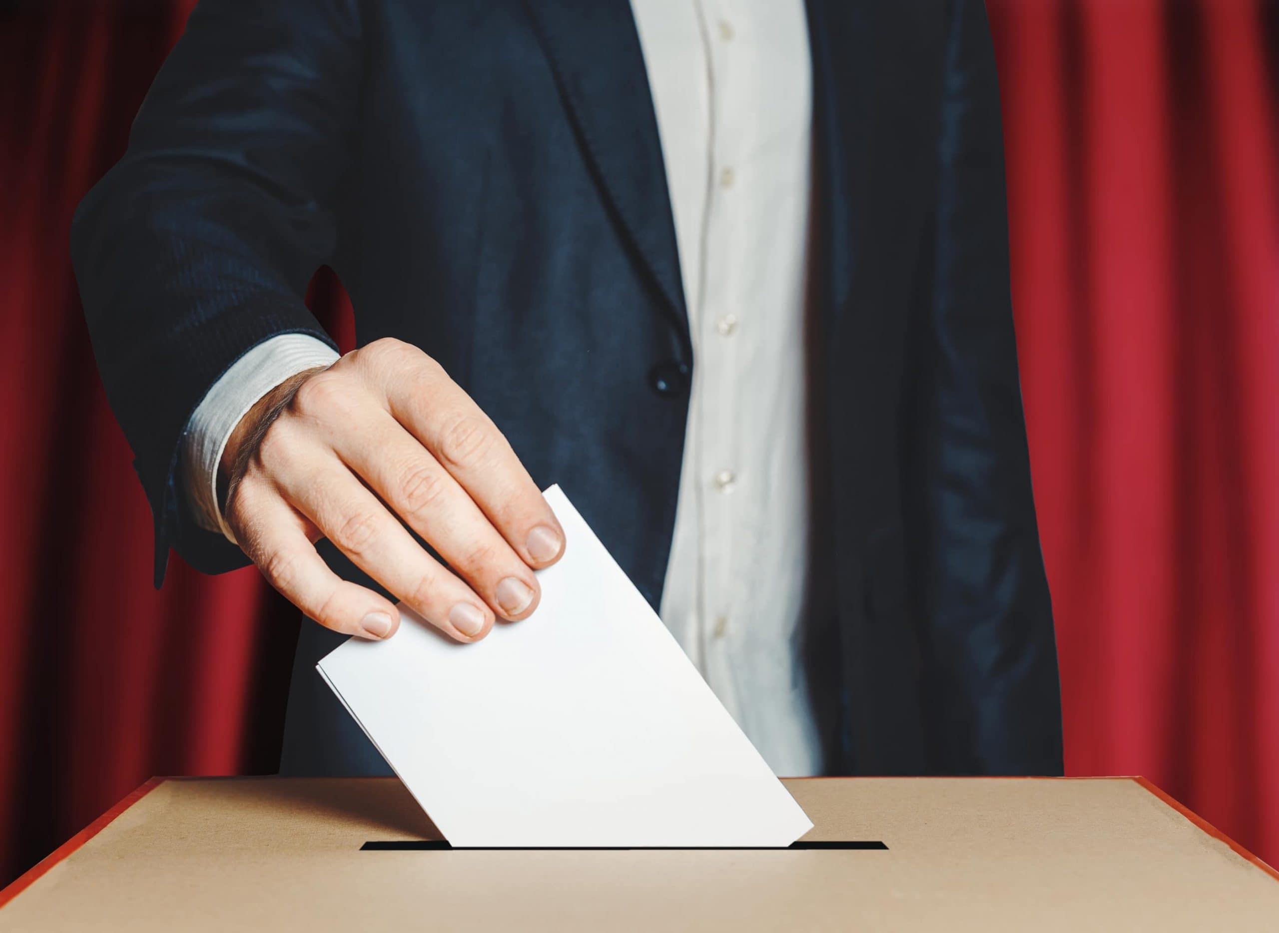 Mann bei der Stimmabgabe