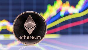 Ethereum-Münze vor Chart-Hintergrund