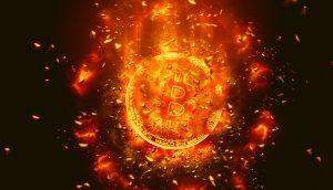 Explodierender Bitcoin auf schwarzem Hintergund