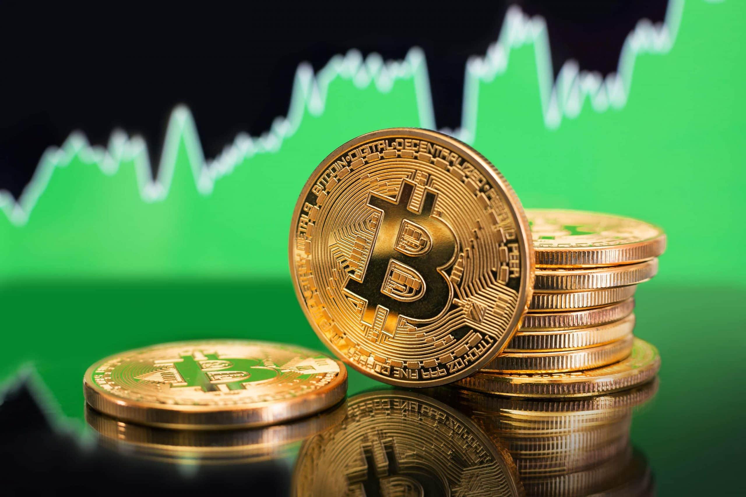 Bitcoin Münze mit grünem Chart im Hintergrund