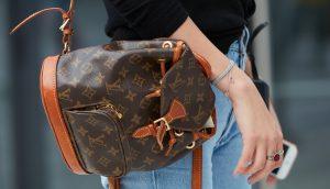 Eine Frau trägt einen Rucksack der Marke Louis Vuitton