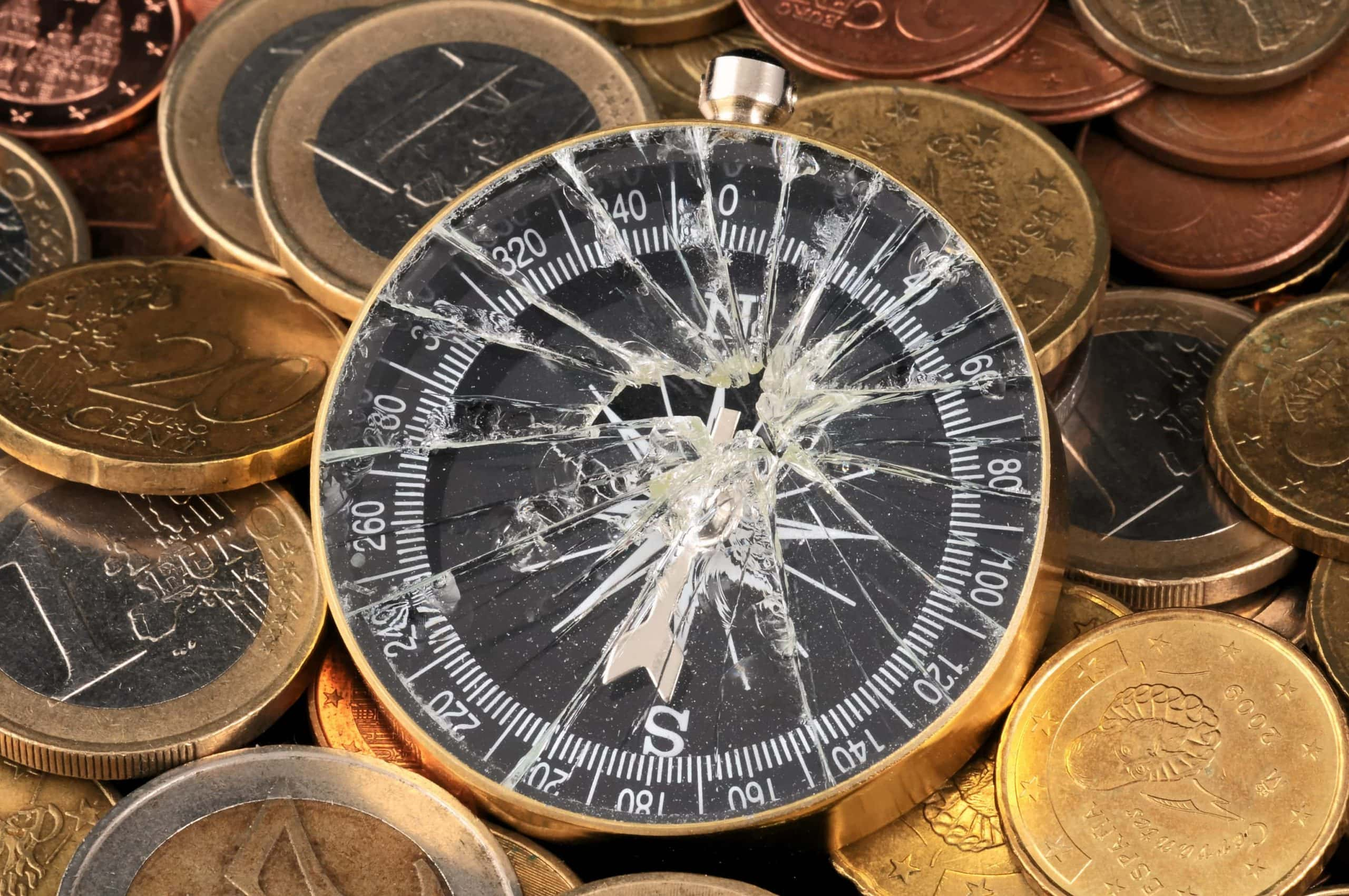 Ein Kapituuter Kompass auf Euro-Münzen