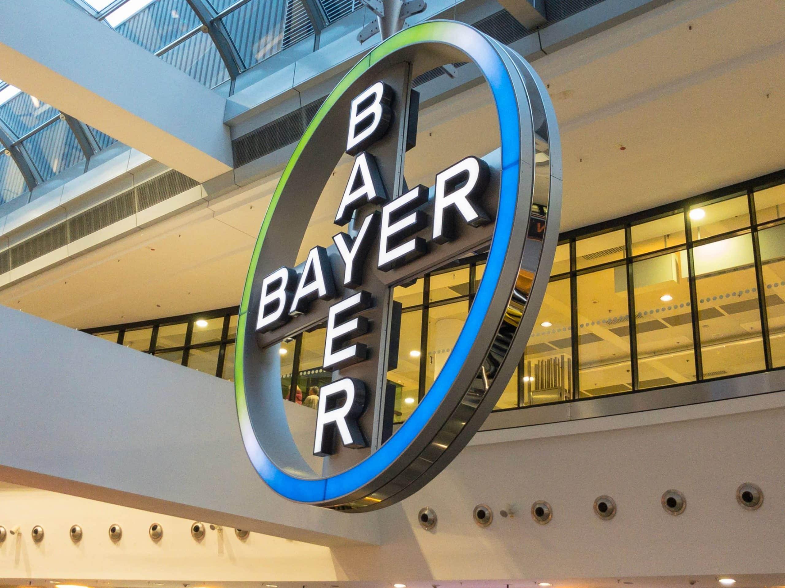 Bayer-Logo vor Fensterscheibe