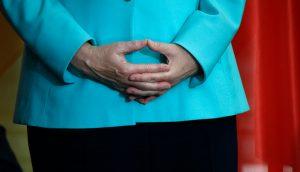 Die Hände von Bundeskanzlerin Angela Merkel in der typischen Raute-der-Macht-Konfiguration