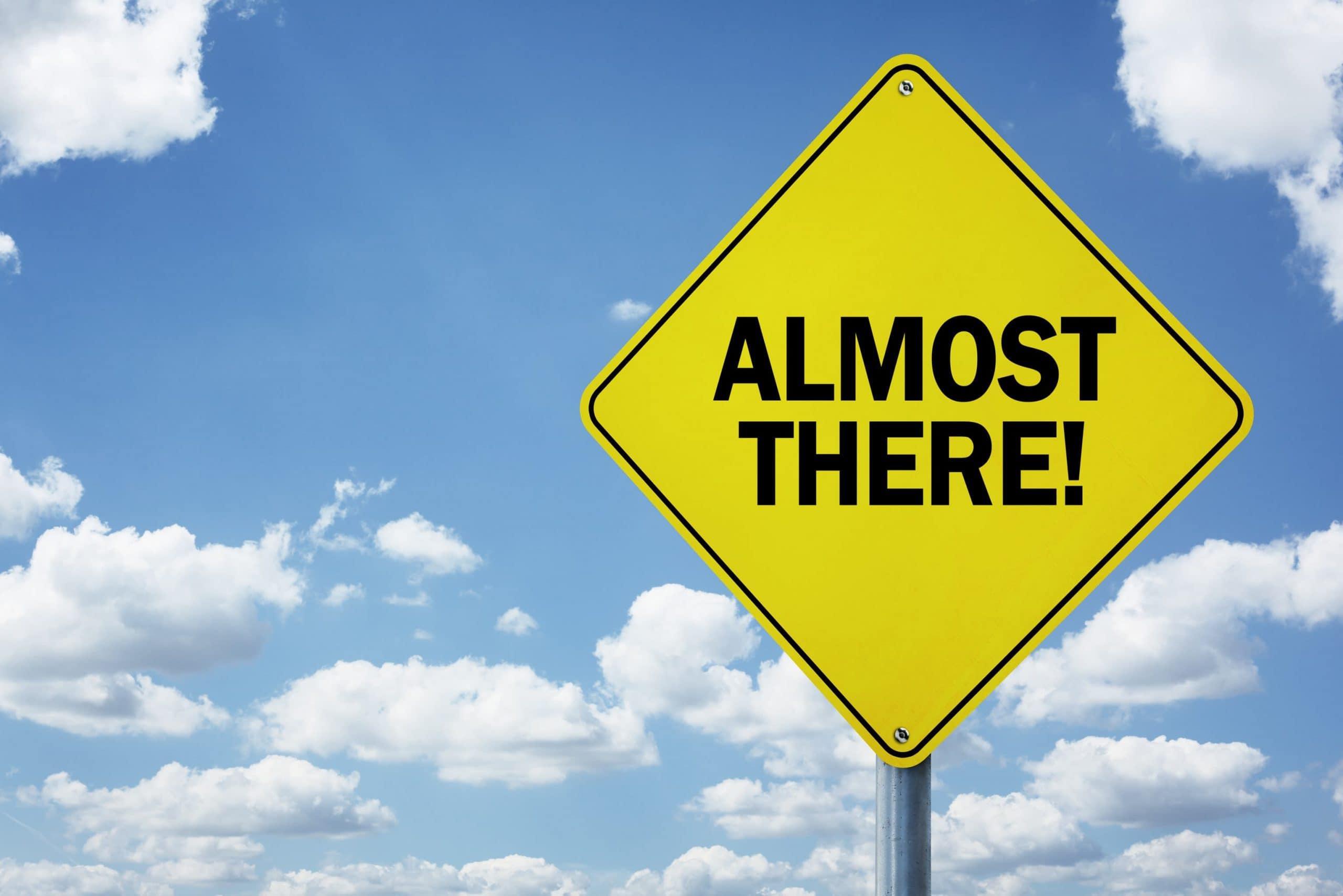 "Schild mit der Aufschrift ""Almost There!"" (engl.: ""fast geschafft"") Symbolbild Bitcoin-Kurs"