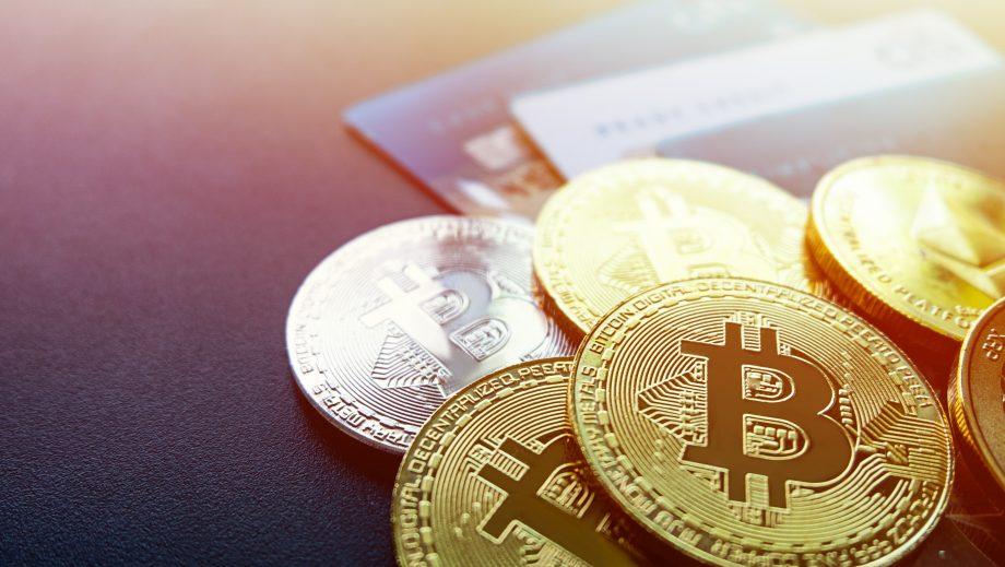 goldene und silberne Bitcoin-Münzen