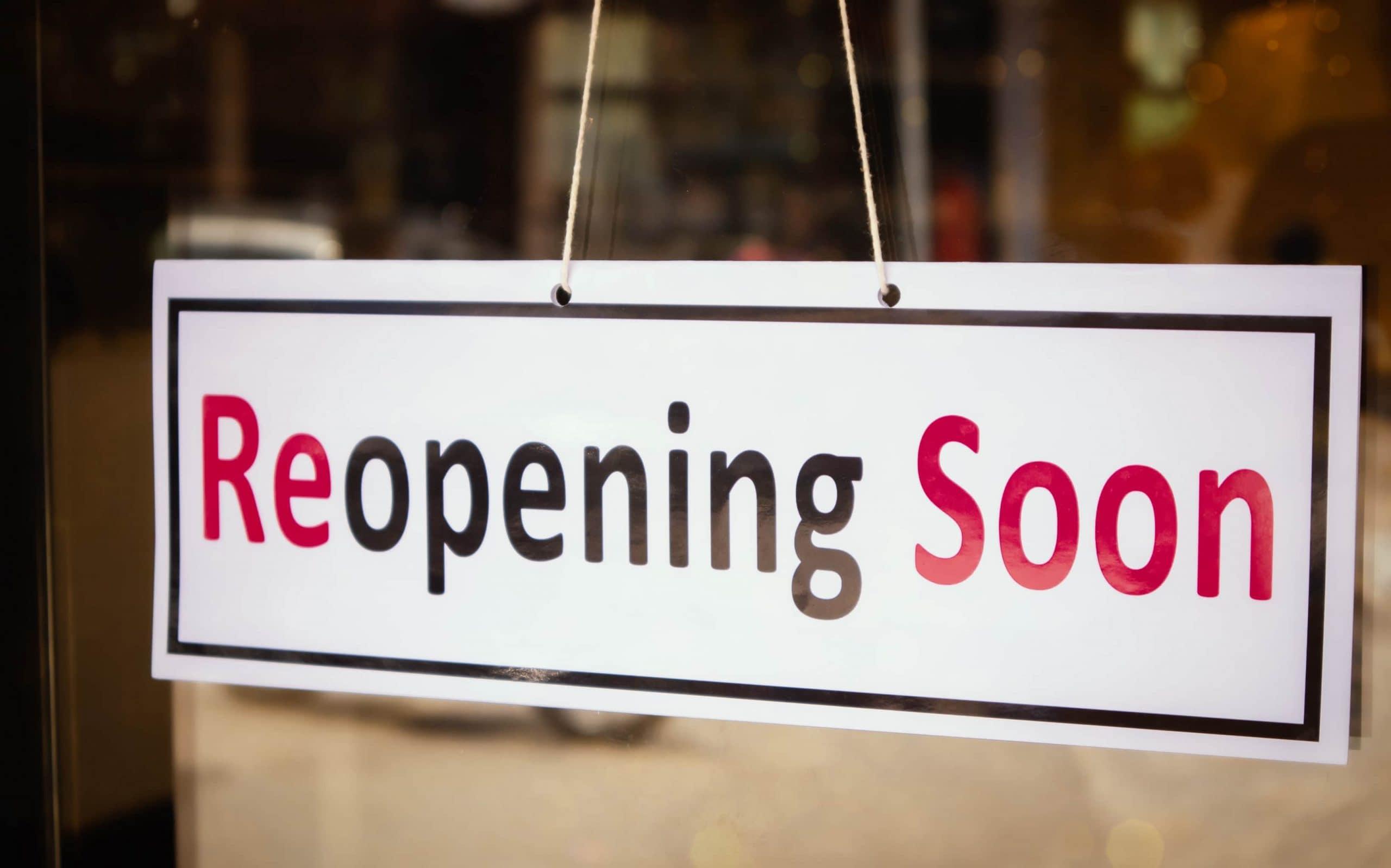 """Schild mit der Aufschrift """"Reopening Soon"""""""