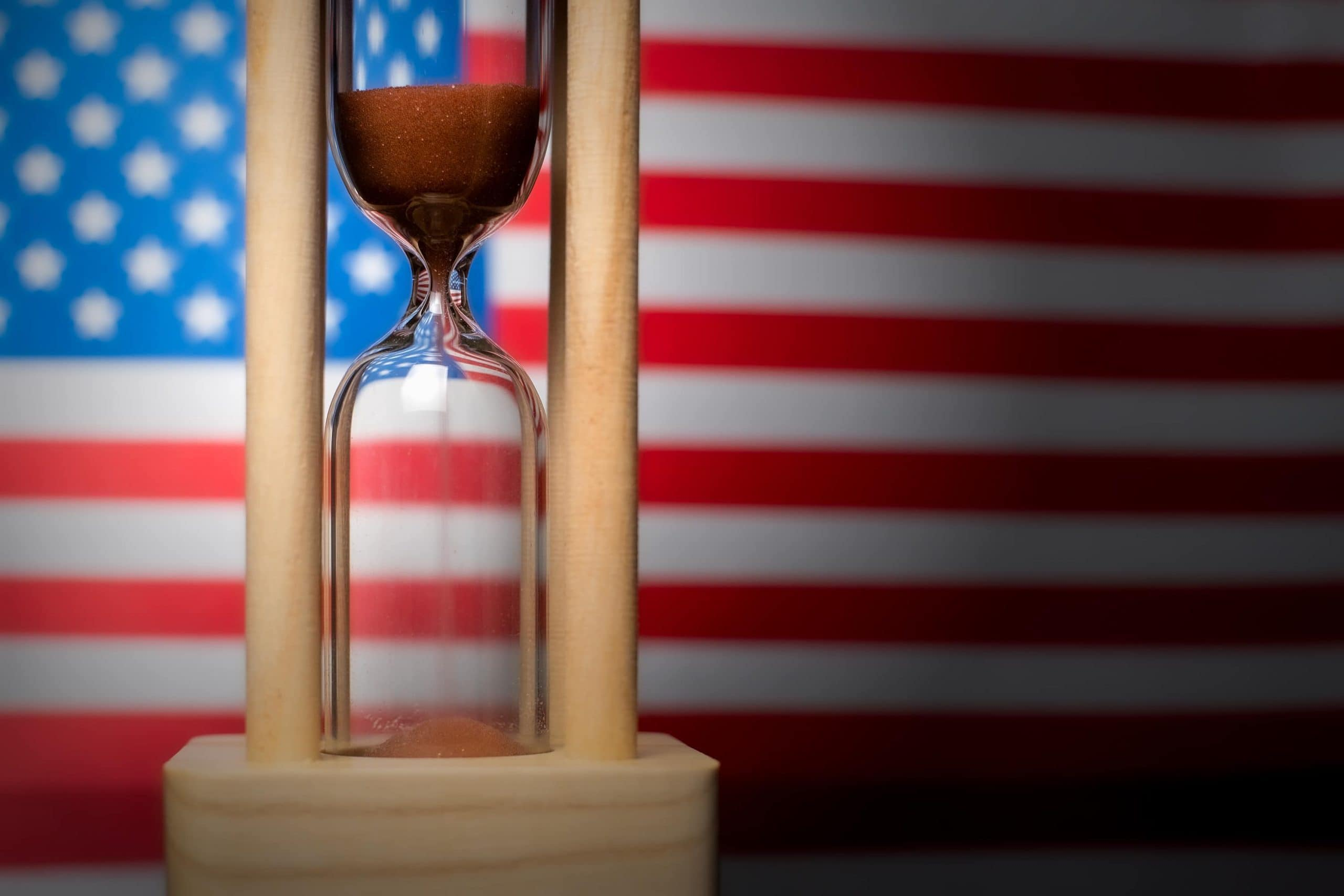 Sanduhr vor USA-Flagge